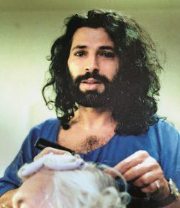 Rabi Akil 1986 beim Frisieren am Theater Bremen.