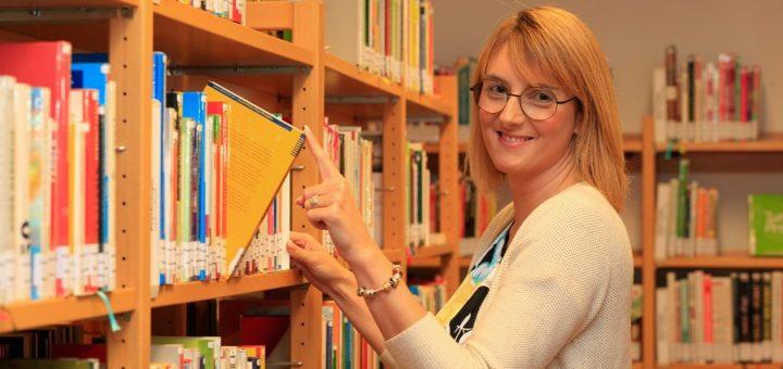 Stadtbücherei-Leiterin Anika Schmidt stellte gestern zusammen mit ihren Kolleginnen das neue System der Einrichtung vor und verriet, was es ab Montag alles neues für die Kunden gibt.Foto: Eckert