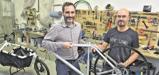 Stathis Stasinopoulus (links) und Jap Kellner sind mit ihrer Fahrrad-Manufaktur nach Bremen-Nord gezogen. Hier produzieren sie vor allem Lastenräder. Foto: Schlie