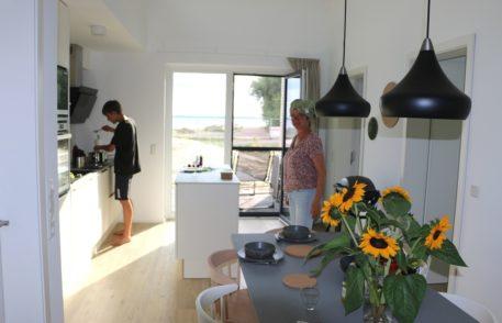 Die Ferienhäuser sind im modernen HAY-Design eingerichtet und erlauben zum Teil einen direkten Blick auf den See.