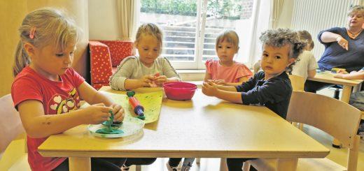 Die Beschäftigten in den Bremer Kitas sollen mehr Zeit mit den Kinder verbringen statt mit Büroarbeit. Auch deshalb erstellt jetzt das landeseigene Unternehmen Performa Nord die Beitragsbescheide. Aber noch hakt es offenbar.Foto: Barth