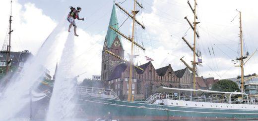 Brian Warnatsch gab auf der Weser gestern schon einmal einen kleinen Vorgeschmack auf die Maritime Woche.Foto: Bollmann