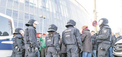 Wenn der Hamburger SV im Weserstadion auflief, befürchtete Innensenator Ulrich Mäurer schwere Ausschreitungen und setzte mehr Polizisten ein. Jetzt folgt die Rechnung.Foto: Nordphoto