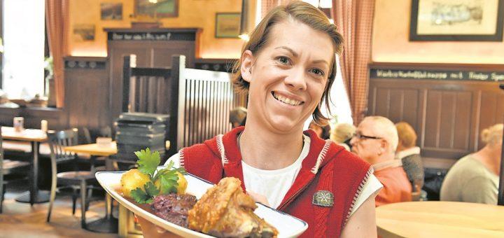 Maria serviert Hendl und mehr im Paulaners.Foto: Schlie
