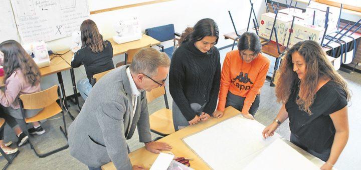 Gemeinsam mit den Schülerinnen nimmt Dilek Ince-Taspinar (rechts) Maß. Da wirft auch Schulleiter Stephan Wegner (4. von rechts) einen Blick drauf.Foto: Harm