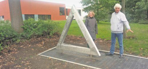 Anne Dwertmann, Geschäftführerin des Lidice-Hauses und Horst Otto von der Denkorte-Initiative Neustadt vor dem neuen Denkmal. Auf der Fläche daneben soll noch dieses Jahr die Informations-Stele platziert werden. Foto: Mader