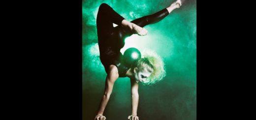 Die argentinische Spitzengymnastin Sofia Speratti jongliert mit bis zu vier Bällen auf Handstand-Klötzen balancierend. TSF / minkusimages