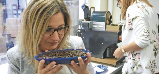 Cornelia Dotschat ist in der Lage, alle 800 Aromen von Kaffee zu riechen. Foto: Preuschoff
