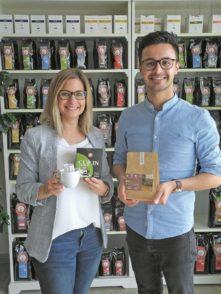 """Geschäftsführerin Cornelia Dotschat und Vertriebsleiter Heradin Bayrak präsentieren die Kaffeevielfalt von """"De Koffiemann"""". Foto: Preuschoff"""