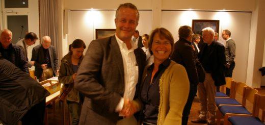 Beiratssprecherin Tamina Kreyenhop gratuliert dem noch ehrenamtlichen, bald aber hauptamtlichen Ortsamtsleiter Matthias Kook zu seiner Wahl.