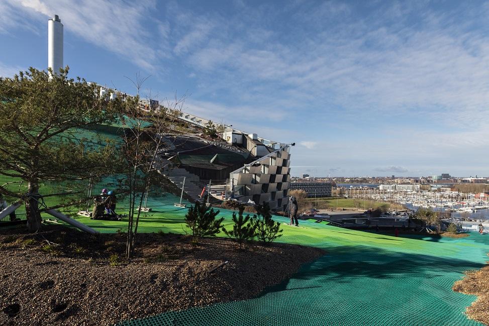 Eine Abfahrtspiste auf dem Hausdach: Die städtische Müllverbrennungsanlage wird zum neuen Treffpunkt für Wedler. Foto: Copenhill