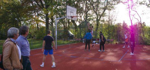 Hanns-Ulrich Barde (Sportgarten) und Lothar Fäsenfeld (Sparkasse Bremen) verfolgten die ersten Spiele und freuten sich, dass einer der beliebteste Basketballplätze in der Region wieder in Top-Zustand ist.Foto: Lürssen