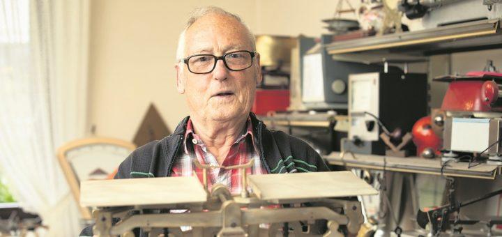 Stolz präsentiert Austel sein Meisterstück. An der Tafelwaage tüftelte er zwei Jahre lang, alle Teile sind handgefertigt. Der Wägebereich liegt zwischen 50 Gramm und fünf Kilo. Foto: WFB/Jörg Sarbach