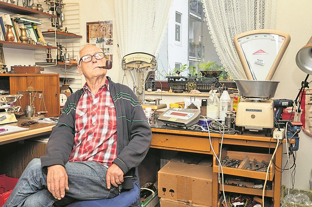 Austel ist einer der letzten Waagenbauer in Deutschland. In Bremen Walle hat er seine Werkstatt und repariert analoge Waagen.Foto: WFB/Jörg Sarbach