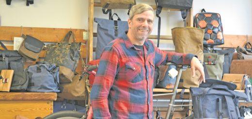 Vor mehr als 20 Jahren nähte Uwe Arndt seine erste Tasche aus einer ausrangierten Luftmatratze vom Sperrmüll. Inzwischen verkauft er seine Kreationen unter dem Label Lumabag europaweit. Foto: pv