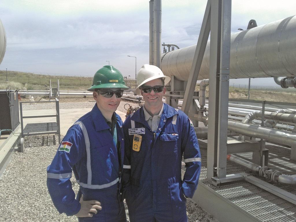 Patrick Bersebach (r.) auf der Ölförderanlage im Irak mit seinem Ehemann Markus.
