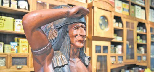 Jahrzehntelang archiviert, jetzt wieder im Übersee-Museum: der Kolonialwarenladen mit der Indianer-Skulptur.Foto: Schlie