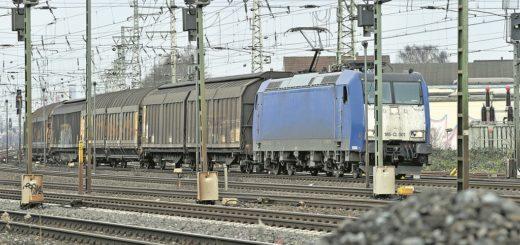 Ausgerechnet auf der Strecke zwischen Bremen-Oslebshausen und Bremen-Burg fahren besonders viele Güterzüge. Da haben Nahverkehrszüge das Nachsehen. Dennoch verspricht die Nordwestbahn (NWB) Besserung.Foto: Schlie