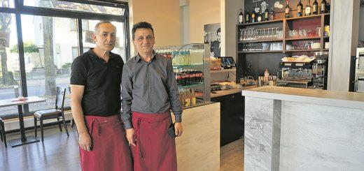 """Inhaber Zullufi Nexhat und Zegiri Zymer kümmern sich im """"Pinocchio"""" um das Essen und die Gäste.Foto: Harm"""