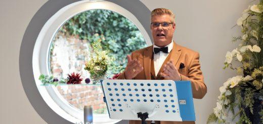 Stefan Grawe bietet neben seinen freien Reden auf Trauerfeiern auch gesangliche Begleitung an. Er wechselt vom Redner- ans Notenpult und wieder zurück. Foto: Schlie