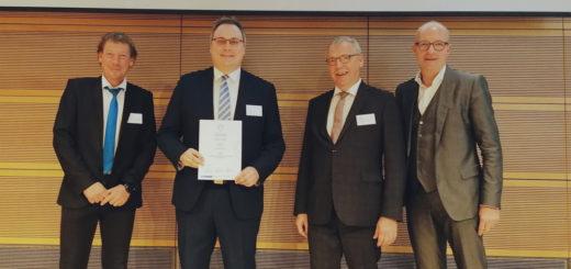 Marco Prietz, Leiter des Amtes für Kreisentwicklung (Zweiter von links), mit Jürgen Stember, Ralf Meurer und Thomas Robbers (von links) von den Initiatoren des Awards am Freitag bei der Preisverleihung in Berlin. Foto: Landkreis