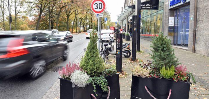 Längst nicht alle Autos halten sich am Wall-Boulevard an die dort vorgeschriebene Begrenzung auf 30 Stundenkilometer. Foto: Schlie