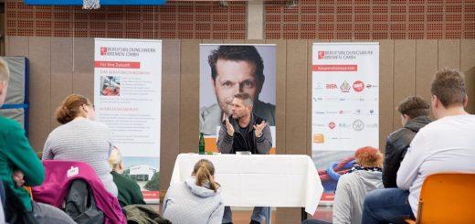 Gut eineinhalb Stunden lang sprach Uli Borowka (Mitte) über sein Doppelleben als Ex-Fußballprofi und Alkoholiker. Foto: BBW-Bremen