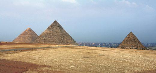 Die immer weiter wachsende Hauptstadt Kairo ist mittlerweile bis auf wenige hundert Meter an die Pyramiden herangerückt. Fotos: Bollmann