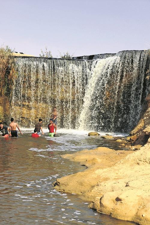Unterhalb des Wasserfalls erfrischen sich auch schon mal die einheimischen Jugendlichen.