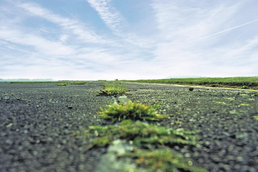 Dieser Rollweg zur Startbahn ist schon seit Jahren gesperrt. Umso stärker sind andere Wege überlastet.