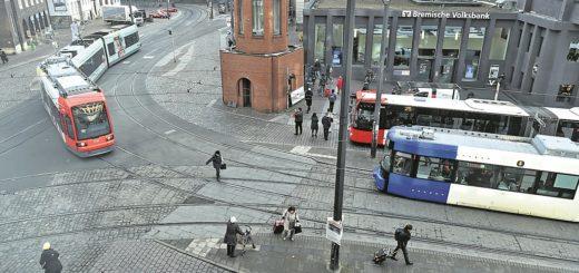 Die Domsheide ist aktuell zu unübersichtlich und stellt insbesondere für Fußgänger, Radfahrer und Menschen mit eingeschränkter Mobilität ein Hindernis dar. Der markante Turm der BSAG soll im Zuge des Umbaus um wenige Meter versetzt werden.Foto: Schlie