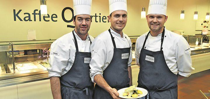 Gehören zum Team der Kaffee Quartier Kantine: Petros, Benjamin und Alex.Foto: Schlie