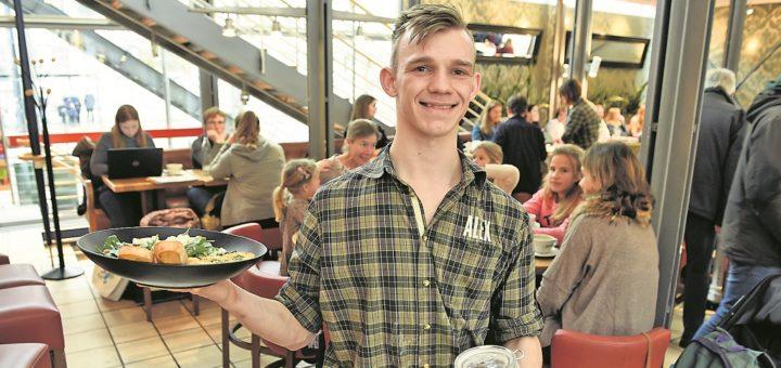 Einer von vielen Servicekräften im Alex am Domshof: Raban Bottke.Foto: Schlie