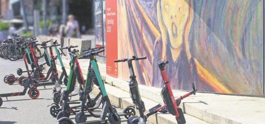 """Zufall oder nicht: Ausgerechnet vor einem Plakat mit Edvard Munchs Bild """"Der Schrei"""" parken an einer Haltestelle in Oslo E-Scooter unterschiedlicher Verleiher. Bremen sorgt mit Auflagen dafür, dass hier kein Aufschrei ertönt, wenn die ersten E-Scooter anrollen.Foto: Pixabay"""