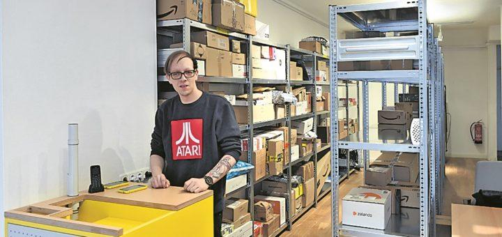 Tobias Löder arbeitet in der neu eingerichteten Paketstation im Ostertorsteinweg.Foto: Schlie