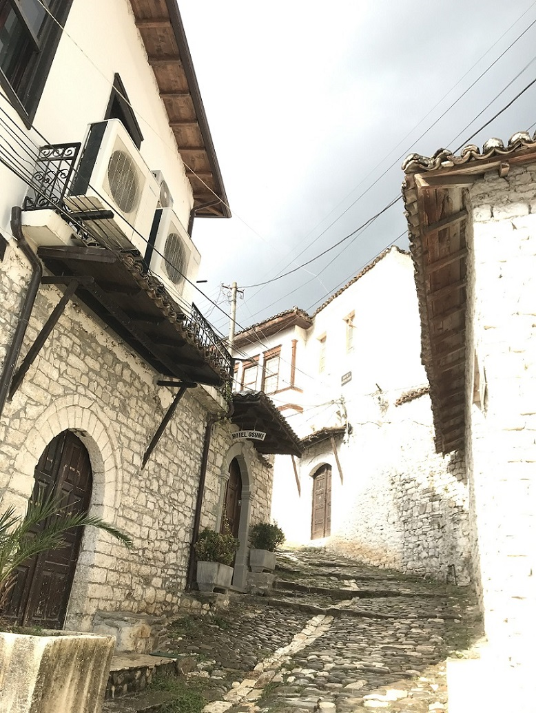 """Berat, die """"Stadt der tausend Fenster"""" zählt zu den schönsten Städten Albanien. Die Altstadt steht auf der Unesco-Weltkulturerbeliste."""