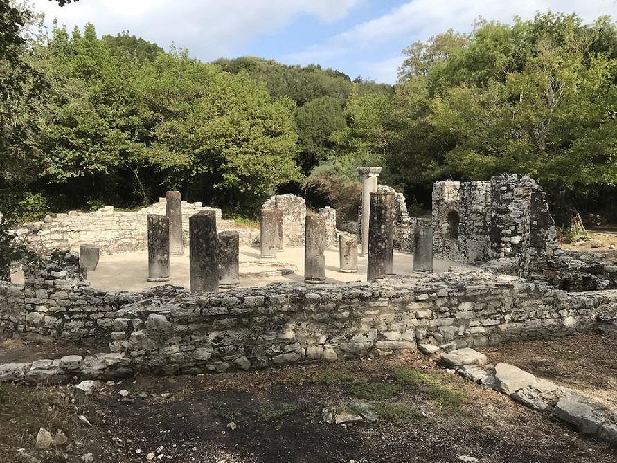 Die archäologische Ausgrabungsstätte Butrint, malerisch am Butrintsee gelegen, wurde im Jahre 1992 von der Unesco zum Weltkulturerbe erklärt.