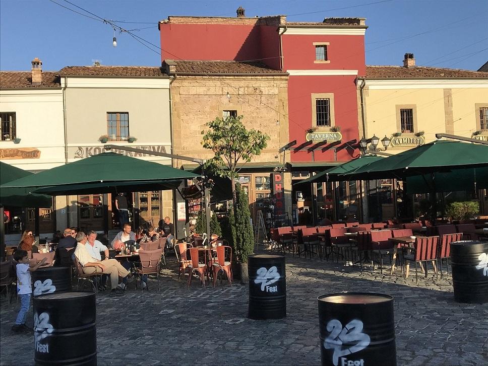 Faule Schafe, kunterbunte Bienenstöcke, Bauernmärkte, Cafés - Impressionen aus Albanien