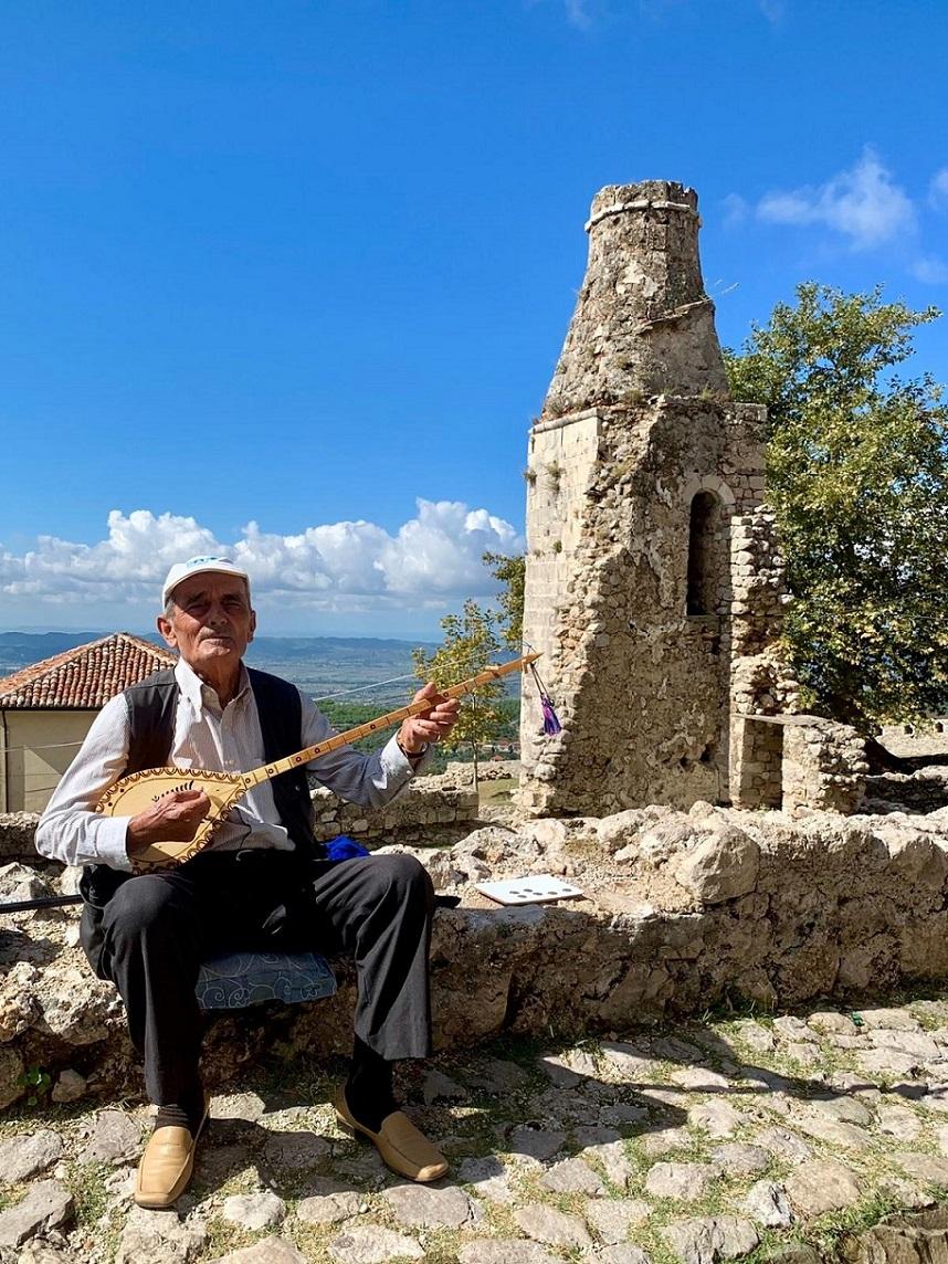 Die historische Stadt Kruja nördlich von Tirana ist auch bei den Albanern sehr beliebt. Besuchenswert sind die Festungsanlage und das Museum des Nationalhelden Skanderbeg und ein Spaziergang durch die Altstadt. Mit etwas Glück trifft man auch Ciftelispieler Hajdar Kamberi.