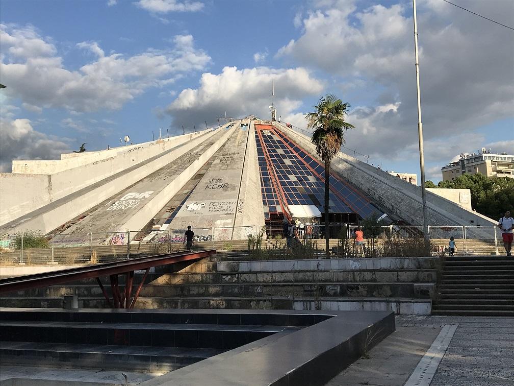 Tirana kann gut zu Fuß erkundet werden. Das Skanderbeg-Denkmal am gleichnamigen zentralen Platz ist auch bei den Einheimischen ein beliebter Treffpunkt. In der Nähe befinden sich Sehenswürdigkeiten wie der Uhrturm und die Et'hem-Bey-Moschee. Nicht weit entfernt ist auch die Piramida.