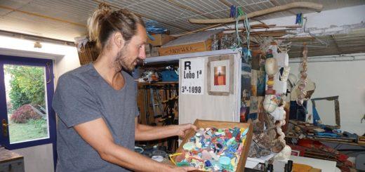Im Keller bewahrt Chris Landrock die Plastikteile auf und gestaltet aus ihnen Bilder. Auch Treibholz sammelt er und nutzt zum Beispiel Bootsplanken als Hintergrund.Fotos: Harm