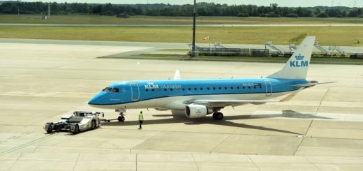 Ab 1. April erhöht der Staat die Luftverkehrssteuer. Die Ticketpreise steigen je nach Entfernung. Innerdeutsch etwa zahlt man knapp 13 Euro mehr. Foto: Schlie