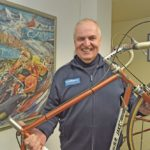 Hans-Peter Jakst mit seinem 7,5 Kilogramm leichten Olympia-Straßenrad von 1976.
