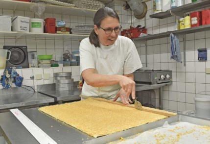 Auch herzhafte Snacks wie Käsestangen sind in der Weihnachtszeit sehr beliebt. Sie werden bei Knigge in Handarbeit hergestellt.