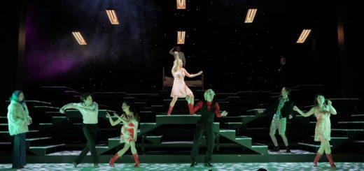 """Eine aufwändige Musical-Produktion mit fabelhaften Choreografien und existenzialistischen Gedanken: """"Lazarus"""" im Theater am Goetheplatz. Foto: Landsberg"""