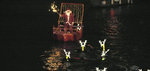 Seinen Rentieren ist es wohl zu warm in Ligurien. Deshalb weicht der Weihnachtsmann, der in Italien Babbo Natale heißt, auch mal auf ein knallrotes Boot aus. Foto: Agenzia Regionale In Liguria