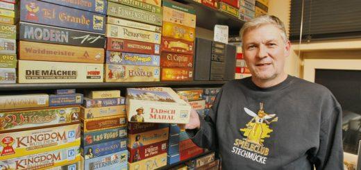 Sven Thiel vom Spieleclub Stechmücke leitet Spiele-AGs an Bremer Schulen und weiß, welche Spiele den Kindern Spaß machen.Foto: av