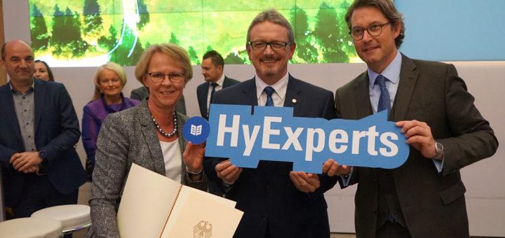 Die Landesbeauftragte Monika Scherf nahm den Preis gemeinsam mit dem Osterholzer Landrat Bernd Lütjen aus den Händen von Verkehrs- minister Andreas Scheuer (v.l.) entgegen. Foto: red