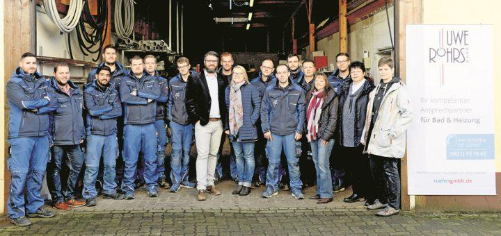 Geschäftsführer Steffen Röhrs (Mitte) hat vor vier Jahren den Heizungs- und Sanitärbetrieb seines Vaters übernommen und damit begonnen, sämtliche Prozesse im Unternehmen zu digitalisieren. Foto: Uwe Röhrs GmbH