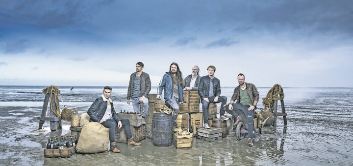 """Die Mitglieder der Band Versengold kommen aus Bremen und Umzu. Die letzten beiden Alben """"Funkenflug"""" und """"Nordlicht"""" landeten in den Top 5 der deutschen Album-Charts.Foto: Christian Barz"""